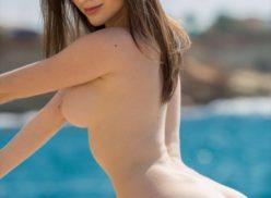 Novinha posa fotos sensual com namorado na praia
